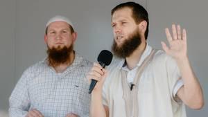 Die islamistischen Prediger Pierre Vogel und Sven Lau (ohne Kappe)