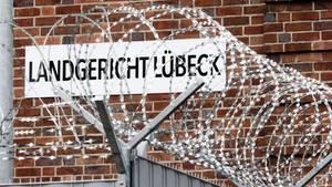 """Ein Schild mit der Aufschrift """"Landgericht Lübeck"""""""