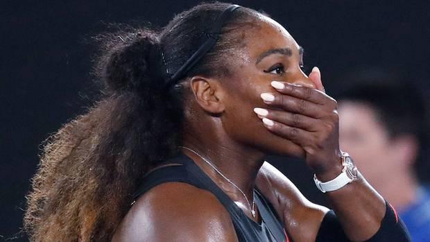 Serena Williams schlägt die Hand vor den Mund