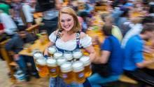 Eine Kellnerin trägt am 21.09.2014 auf dem Oktoberfest in München zehn Maß Bier zu einem Tisch.