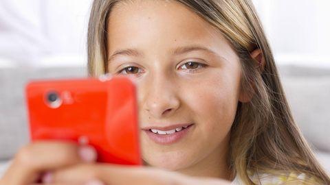 Vodafone mit Kindertarif: Mädchen mit Smartphone in der Hand