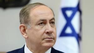 Der israelische Ministerpräsident Benjamin Netanjahu sitzt in Anzug und Krawatte bei einer Kabinettssitzung.