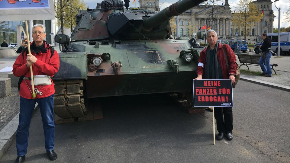 Für ihren Protest vor dem Bundestag in Berlin mietete die Organisation Campact einen ausgemusterten Panzer vom Typ Leopard-1 an.