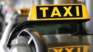 Der Taxifahrer soll einen Mann 30 Meter mitgeschleift haben (Symbolbild)