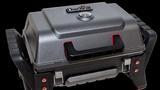 Die elf Kilo Männerhandtasche für Outdoorgriller: der X200 von Charbroil. Der kleine Gasgrill heizt dem Grillgut mit einem Infrarotgasbrenner direkt ein, auf dem Edelstahl Grillfläche finden drei große Steaks ausreichend platz. Dank des Deckels lässt sich auch überbacken oder Käse für die Burger schmelzen.