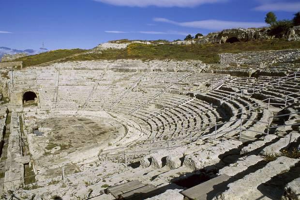 Das Teatro Greco von Syrakus, das im 6. Jahrhundert v. Chr. errichtet wurde und nach seiner Erweiterung Platz für 15.000 Zuschauer bietet.