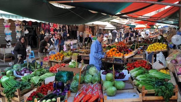 Sinnliches Einkaufen: Frisches Obst und Gemüse sowie Meeresfrüchte - oder auch Leidung.
