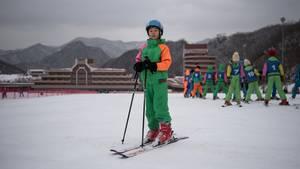 Nordkoreaner können sich Skifahren eigentlich nicht leisten - nur mit Schulen oder Arbeitstouren geht's ins Skigebiet.