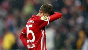 DFB-Pokal BVB Bayern: Thomas Müller steht im Regen