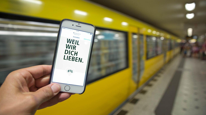 """Mit dem Slogan """"Weil wir dich lieben"""" werben die Berliner Verkehrsbetriebe BVG"""