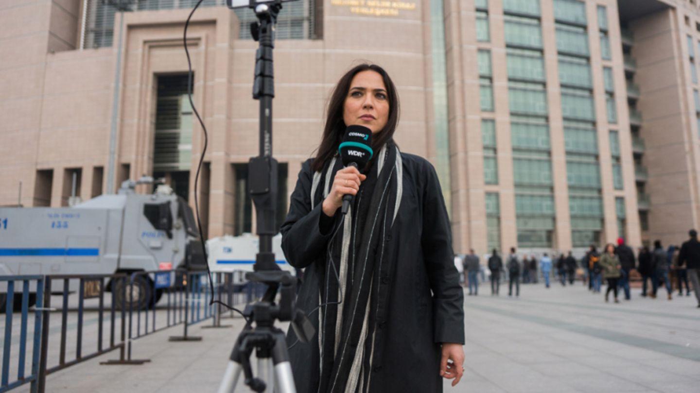 Banu Güven, 47, vor dem Justizpalast in Istanbul.