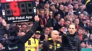 BVB-Coach Thomas Tuchel reagiert sichtlich erstaunt auf die lange Nachspielzeit im DFB-Pokal-Halbfinale gegen den FC Bayern