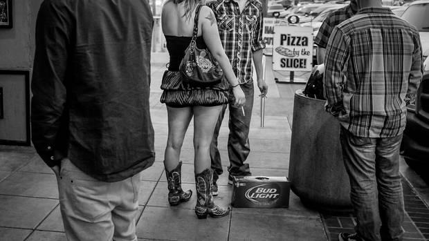 Männergesellschaft: Marines treffen Frauen vor einer Bar nahe Camp Pendleton in Kalifornien