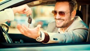 Firmen ködern Bewerber: Dienstwagen und Auszeit, bitte