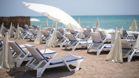Leere Liegestühle am Lara Strand in Antalya in der Türkei.