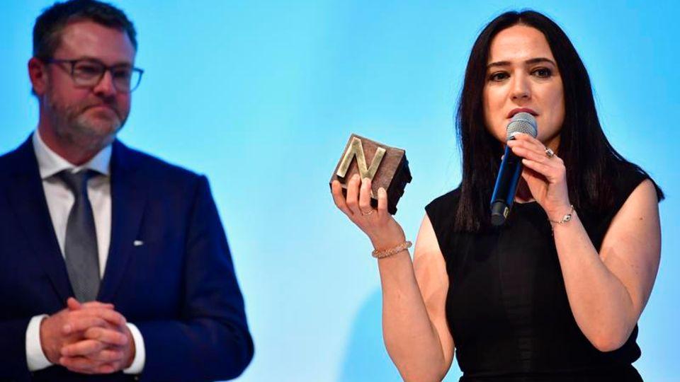 Nannenpreis 2017 Banu Güven auf der Bühne mit Christian Krug