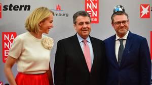 Gruner und Jahr-Vorstand Julia Jäckel, Bundesaußenminister Sigmar Gabriel, stern-Chefredakteur Christian Krug beim Nannen Preis