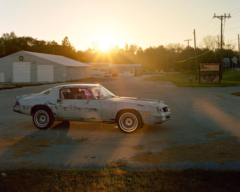 """Gas City, Indiana  Ein alter Pontiac Trans Am im Sonnenaufgang: Dieses Foto hat Emmanuel Georges zu Beginn seiner fotografischen Reise durch die USA in seinem Bildband """"America rewind"""" platziert."""