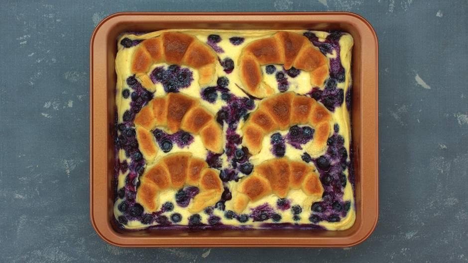 Süße Überraschung: Blaubeer-Croissant-Auflauf: Mit diesem Frühstück verzaubern Sie Ihre Liebsten garantiert