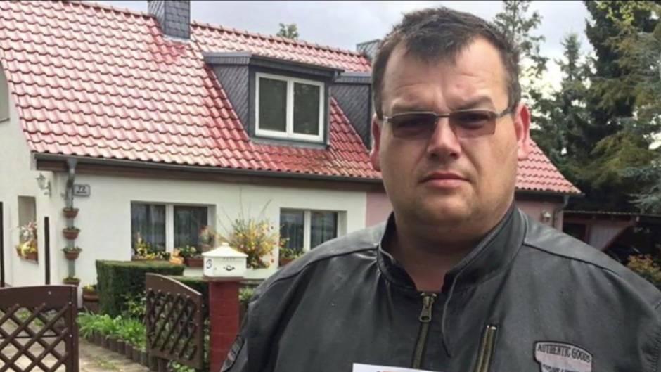 Unglücksrabe: Mann liest seine Lottozahlen in der Zeitung, gewonnen hat er dennoch nicht