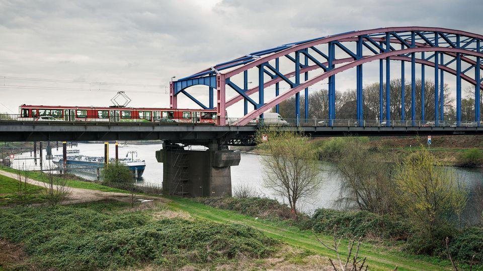 Auf ihrer Strecke überquert die 901 die Ruhr und viele Kanäle, hier entlang der Ruhrorter Straße
