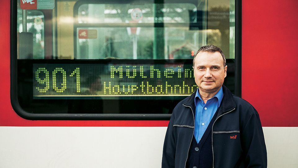 Aus der Perspektive seiner Fahrerkabine sieht Stephan Schwarzmann, wie sich Land und Leute verändern. Seit einem Vierteljahrhundert fährt er regelmäßig auf der Linie 901 von Duisburg-Obermarxloh bis Mülheim Hauptbahnhof