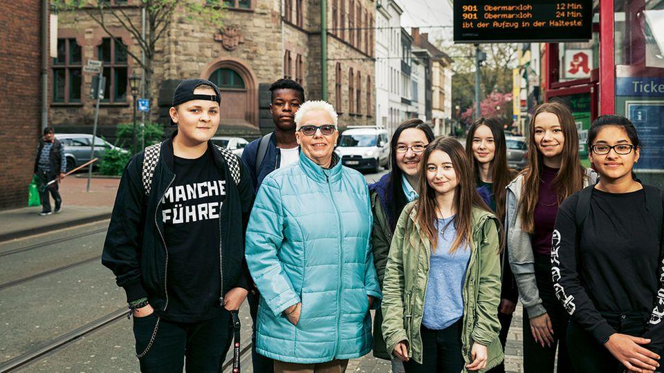 An der Haltestelle Karlstraße steigt Schulleiterin Christa Klingen mit Schülern der Aletta-Haniel-Gesamtschule zu