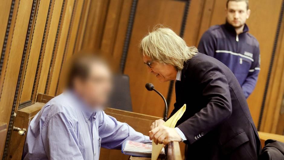 Der 68-jährige Angeklagte Hans B. soll seine Lebensgefährtin zu Tode missbraucht haben