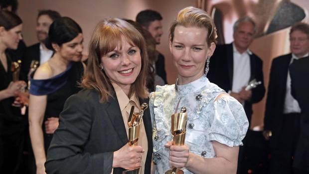 """Regisseurin Maren Ade (l.) und Schauspielerin Sandra Hüller freuen sich über sechs Lolas für ihren Film """"Toni Erdmann"""""""