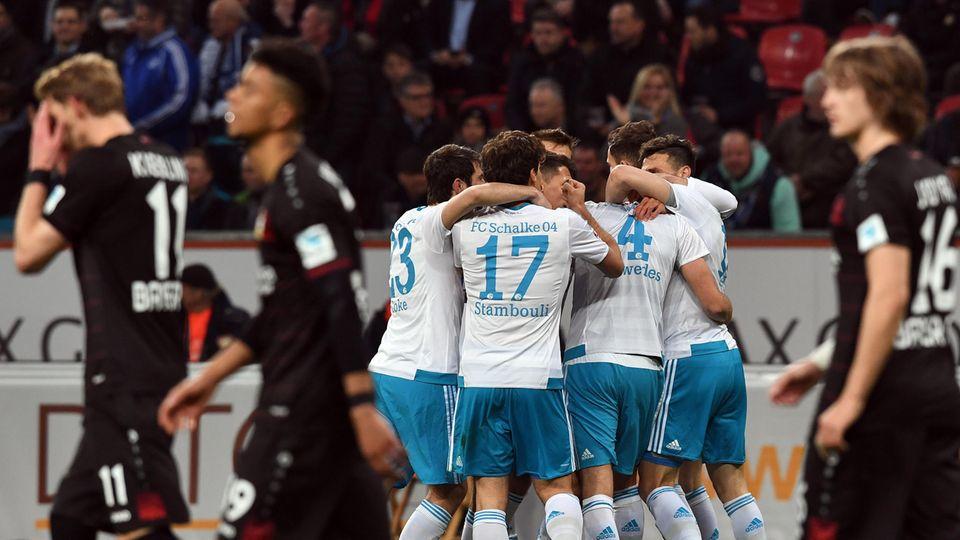 Schalke 04 feiert, die Leverkusener sind konstatiert: 4:1 stand es am Ende für die Schalker