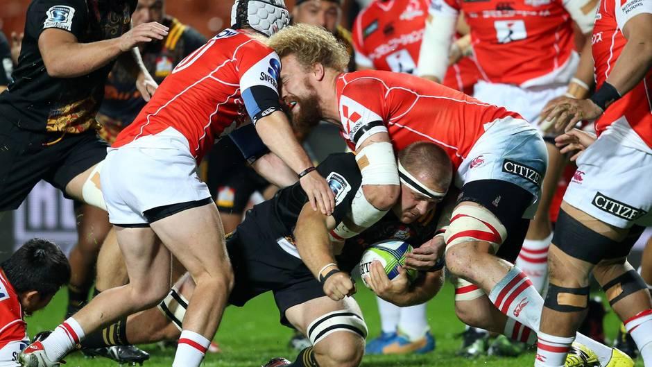 Hamilton, Neuseeland. Beim Rugby ist Körperkontakt erwünscht. Vor allem, wenn Mannschaften aus Rugby-Hochburgen aufeinandertreffen wie die Chiefs aus Neuseeland und den Sunwolves aus Japan