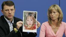 Die Eltern von Maddie McCann halten ein Bild ihrer Tochter in die Kamera