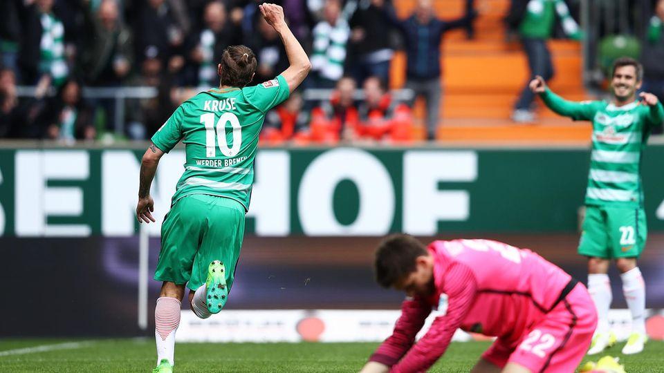 Max Kruse (l.) und Fin Bartels von Werder Bremen legten je einen Treffer dem anderen auf