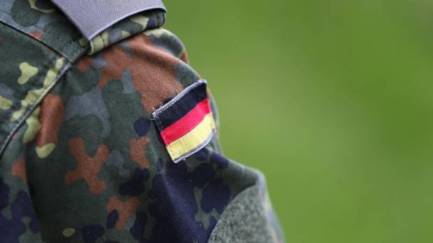 Auf dem Ärmel einer Bundeswehr-Uniform ist die deutsche Flagge aufgenäht