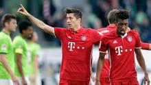 Robert Lewandowski und Kingsley Coman gehen kurz nach einem Tor Lewandowskis Arm in Arm über den Fußballplatz
