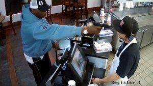 Mit diesem Fahndungsvideo jagte die Polizei den Räuber