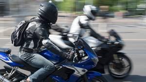 Zwei Motorradfahrer auf sportlichen Maschinen fahren nebeneinander
