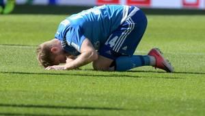 aaron Hunt vom HSV kniet auf dem Rasen und berührt mit der Stirn den Boden