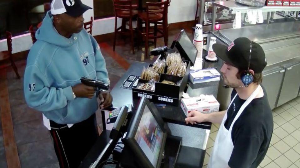 Video geht viral: Kassierer lässt sich von bewaffnetem Räuber so gar nicht aus der Ruhe bringen