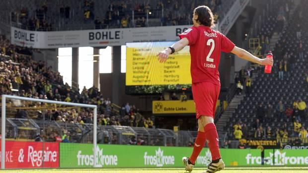 Mit ausgebreiteten Armen geht Neven Subotic im Dress des 1. FC Köln auf die Fans von Borussia Dortmund zu