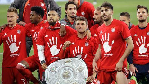 Das team des FC Bayern mit der Meisterschale ist ein gewohntes Bild