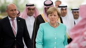Bundeskanzlerin Angela Merkel in türkisem Jacket am Flughafen Dschidda in Saudi-Arabien