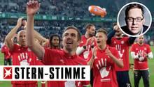 Spieler des FC Bayern München feiern ihren fünften Meistertitel in Serie
