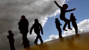 Kinder auf einer Hüpfburg (Symbolbild)