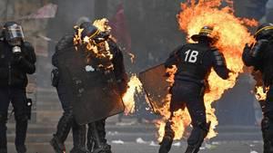 Bei schweren Ausschreitungen in Paris wurden sechs Polizisten verletzt. Kriminelle warfen Brandsätze auf die Beamten.