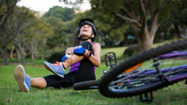 Die Kreiselkäfte halten die Räder in der Senkrechten, aber ohne Mitarbeit der Fahrers würde das Rad dennoch hinfallen.