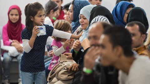 Als die Flüchtlingswelle in Deutschland eintraf, war der Start überfordert. Viele halfen umsonst, andere stellten stattliche Rechnungen.