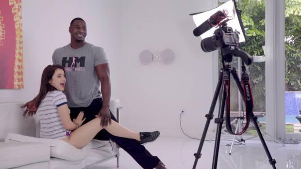 """Pornodarsteller Jax Slayher posiert mit seiner Kollegin Sydney. In sechs Teilen gibt die Netflix-Dokuserie """"Hot Girls Wanted: Turned On"""" einen Einblick in die Erotikindustrie. Im Mittelpunkt stehen verschiedene Protagonisten - vom Webcamgirl bis zur Pornoproduzentin."""