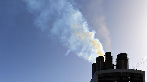 Rauchender Schornstein eines Kreuzfahrtschiffes
