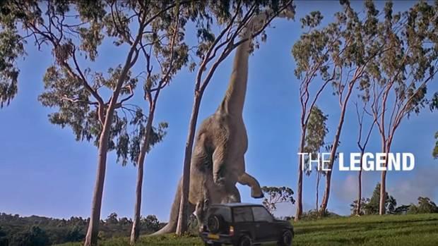Allein unter Dinos. Der Vitara kämpft sich durch.
